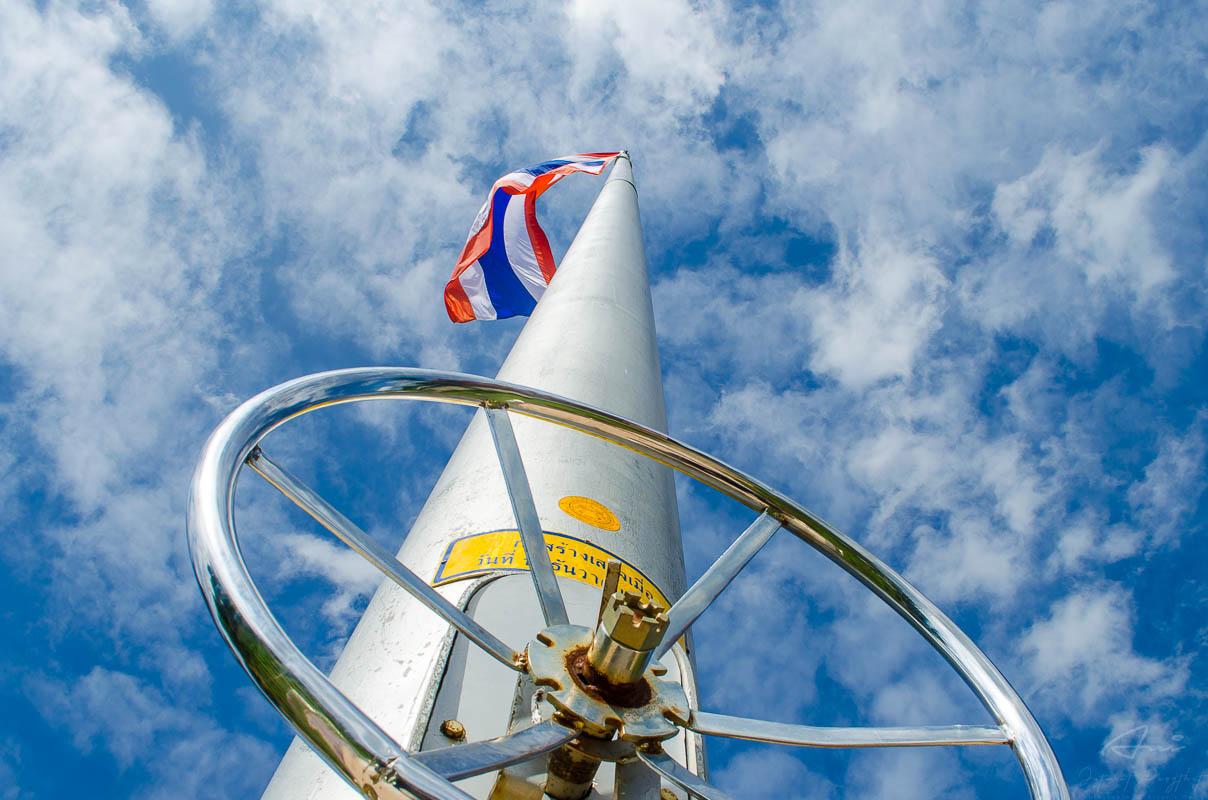 ภาพถ่าย : เสาธงประจำสำนักงาน สร้างจากเสา High-Mass ความสูงจากฐานถึงยอดเสา 22 เมตร ได้ชื่อว่า สูงที่สุดในจังหวัดชัยนาท
